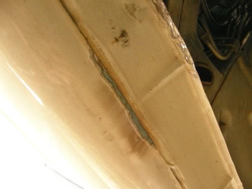 サイドステップ下の錆びを削り落とす