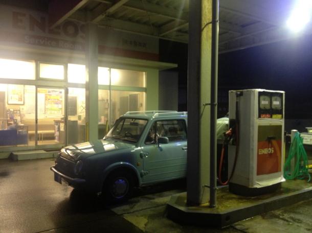 早朝5時のガソリンスタンド